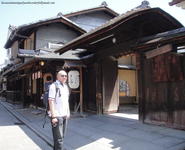 One of the beautiful wooden traditional tea houses at Ninen-zaka and Sannen-zaka 二念坂・産寧坂 in Kyoto, Japan.