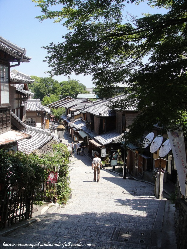 One of the most beautiful neighborhoods in Kyoto, Japan : Ninen-zaka and Sannen-zaka 二念坂・産寧坂.