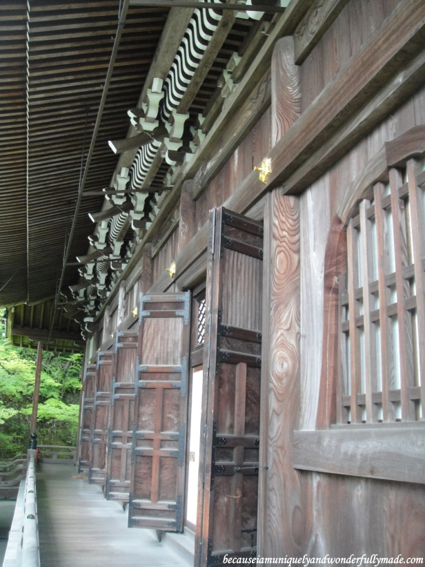 The wooden corridors at Eikan-dō Zenrin-ji 永観堂禅林寺  in Kyoto, Japan.