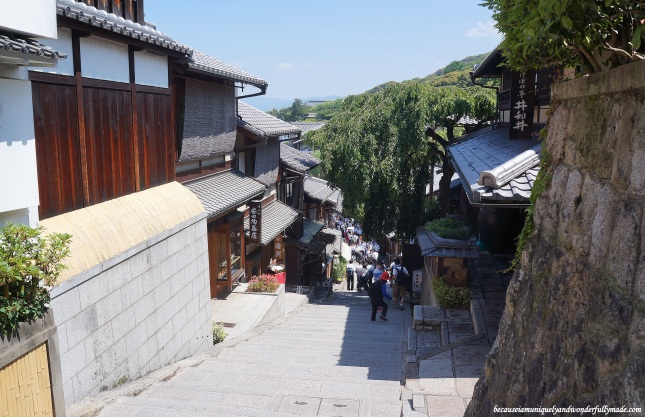 The slopes at Ninen-zaka and Sannen-zaka 二念坂・産寧坂, one of the most beautiful neighborhoods in Kyoto, Japan.