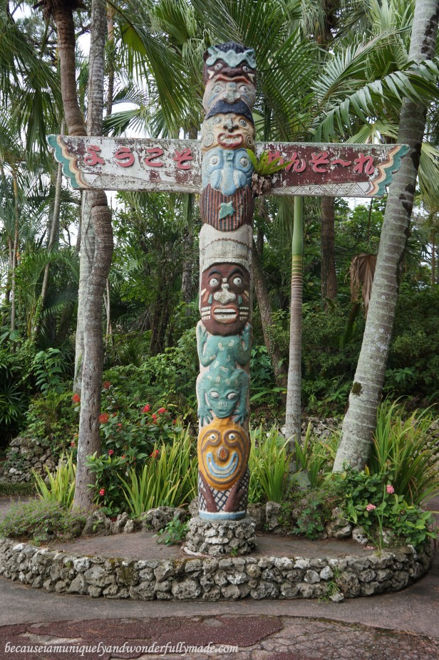 The totem pole at the Water Park in Southeast Botanical Garden in Okinawa City, Okinawa, Japan. (東南植物楽園 Tōnan Shokubutsu Rakuen)