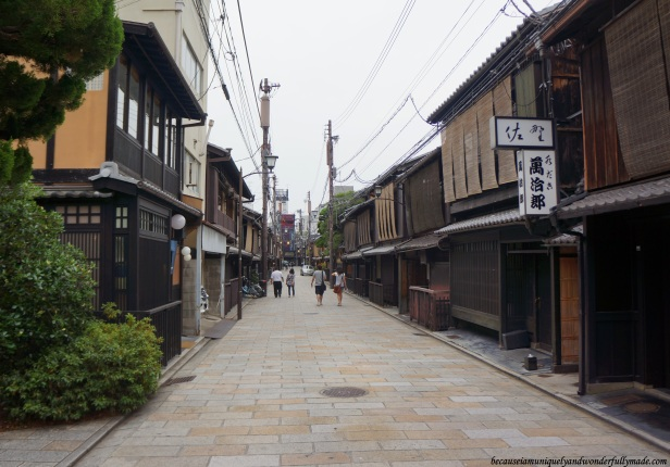 The famous cobbled-street Shinabashidori (新橋通) in Gion District in Kyoto, Japan.