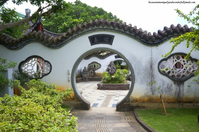 The Moon Gate 月门 at Fukushuen Garden 福州園 in downtown Naha 那覇市 Okinawa 沖縄本島, Japan 日本国.