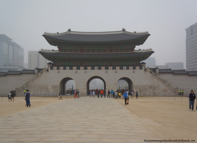 Gwanghamun Gate 광화문, the main and the largest gate of Gyeongbokgung Palace 경복궁 in Seoul, South Korea.
