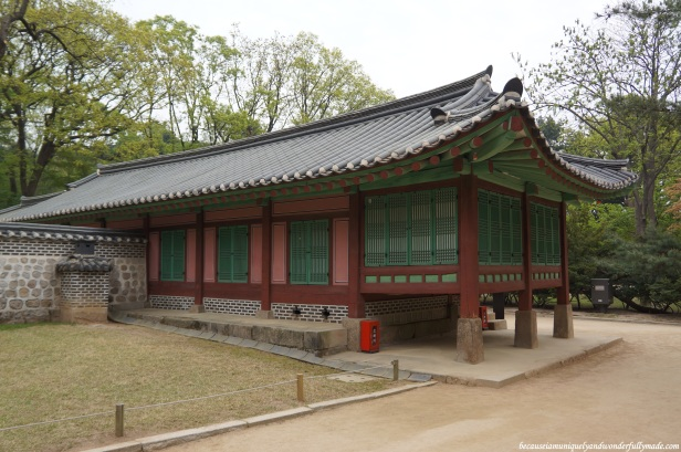 The colors of red and green are used at Jongmyo shrine 종묘대제 to symbolize solemnity, piety, and sublimity because bright colors would not allow the spirits of the kings and queens to rest in peace.