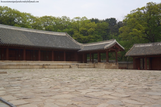 The courtyard at the smaller shrine, Yeongnyeongjeon 영녕전 (Hall of Eternal Peace), the annext to Jeongjeon with 34 spirit tablets of lesser kings in six rooms.