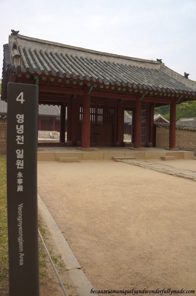 The smaller shrine, Yeongnyeongjeon 영녕전 (Hall of Eternal Peace), was built as an annext to Jeongjeon. It has 34 spirit tablets of lesser kings in six rooms.